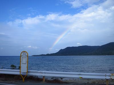 虹とバス停