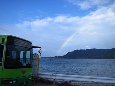 虹とバス停とバス