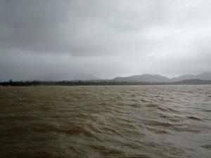 大雨の後の水面